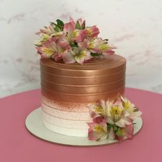 The cake is one of the biggest stars of any party and the possibilities of decoration are many. Birthday Cake For Women Elegant, Elegant Birthday Cakes, 30 Birthday Cake, Birthday Cakes For Women, Wedding Cake Photos, Wedding Cakes, Bolo Glamour, Sunflower Birthday Cakes, Lolly Cake
