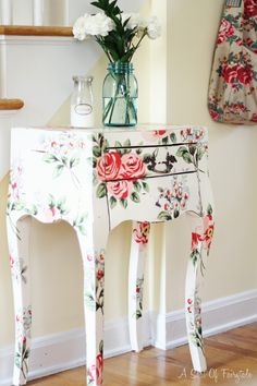 Decoupage technique to design furniture products again at the peak of popularity. This is the easiest and most affordable way to update the interior, to give old furniture individuality and sophistication. Decoupage Furniture, Hand Painted Furniture, Paint Furniture, Upcycled Furniture, Shabby Chic Furniture, Furniture Projects, Kids Furniture, Furniture Makeover, Decoupage Ideas