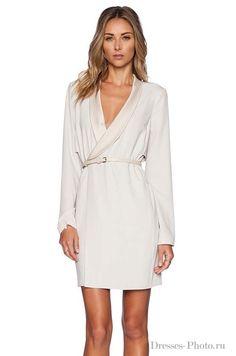 Белое короткое платье на запахе с рукавами