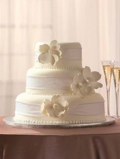 not sure about Publix doing wedding cakes...but loving the look of the rounded tiers on this one