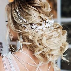 30 Loose Wedding Hairstyles To Make You Feel Like Rapunzel Hochzeit 34 Loose Wedding Updos for Brides with Long Hair ⋆ Ruffled Loose Wedding Hair, Wedding Hair And Makeup, Wedding Updo, Wedding Hair Accessories, Hair For Bride, Bridal Hair Updo Loose, Low Bun Bridal Hair, Diy Wedding, Bridal Hairdo