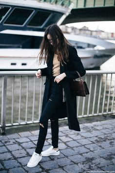 How-to-upgrade-an-all-black-outfit-statement-bag-white-Stan-Smith-sneaker-winter-2016-simple-outfit