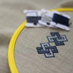 Selam! Büyük bir hevesle clutch çanta yapmaya karar verdim. Motif seçimim hayli uzun zaman aldığı için yeni başlayabildim. Çok beğendim bu motifi. Umarım bitince de beni yanıltmamış olur. Sevgiler... #nakış #kasnak #etamin #embroidery #clutchbag #clutch #portföyçanta #elişi #handmade #embroideryart #color. #dmc