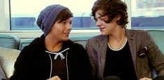 Louis Tomlinson calls Harry Styles a good boyfriend in interview with The Sun, refueling Larry Stylinson dating rumors. Fanfic Larry Stylinson, Larry Shippers, Niall Horan, Zayn, Los Kiss, Larry Gif, Louis Y Harry, Members Of One Direction, Foto Jimin