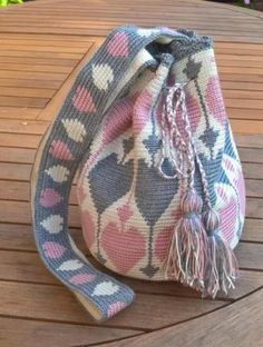 This Pin was discovered by Анн Mochila Crochet, Crochet Tote, Crochet Handbags, Crochet Purses, Love Crochet, Filet Crochet, Diy Crochet, Crochet Crafts, Crochet Stitches