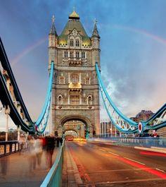 El Tower Bridge o Puente de la Torre es uno de los monumentos más conocidos de Londres.