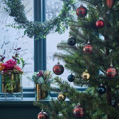 Make your Christmas trendy: this season, mix & match golden accessories with deep green, royal blue and cherry red ones. Christmas Phrases, Christmas Past, Christmas Baubles, All Things Christmas, Vintage Christmas, Christmas Wreaths, Christmas Ideas, Kitsch, Anthropologie Christmas
