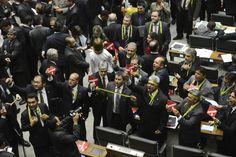 18.03.2016 | Por 433 votos favoráveis e um contrário, os parlamentares aprovaram a comissão  que terá a missão de avaliar o pedido de impeachment feito contra ela por alegação de improbidade administrativa nas chamadas pedaladas fiscais.