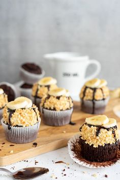 Cupcakes a la Banana Split - Kuchen Rezepte - Cakes recipes - Muffins Cupcakes Fondant, Cupcakes Cool, Cupcake Cakes, Decoration Cupcakes, The Banana Splits, Banana Split Cupcakes, Banana Split Dessert, Blueberry Cupcakes, Dessert Simple