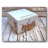 Ξύλινο χειροποίητο κουτί ευχών με σχισμή στο καπάκι για να ρίξουν μέσα τις ευχές τους οι καλεσμένοι σας. Στο εμπρόσθιο τμήμα υπάρχει μια ξύλινη κρεμασ