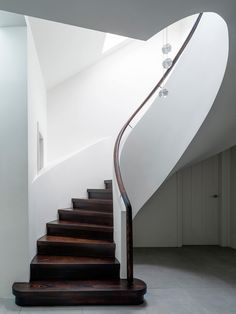 Architect Luigi Rosselli has converted a building in Sydney constructed in the into a duplex on a human scale with big patios for admiring the view of the city, with its skyscrapers by Renzo Piano, Sir Norman Foster and Ingenhoven Architects. Winding Staircase, Stairs And Staircase, Interior Staircase, House Stairs, Staircase Design, Interior Architecture, Staircases, Stairway, Staircase Makeover