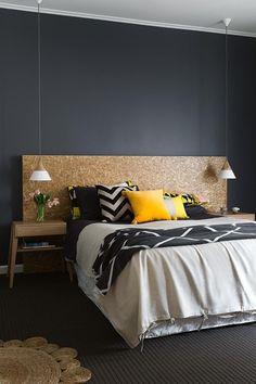 Mesclar preto, branco e amarelo é uma estratégia certeira na hora de decorar um ambiente. Neste dormitório de paredes e piso escuro, a paleta se dissolve em estampas geométricas, orquestrando um mood indubitavelmente atual. A cabeceira e o tapete de fibras naturais fazem um inusitado contraponto rústico, garantindo que o ambiente jamais passe despercebido. Decoração: 12 quartos pretos e elegantes