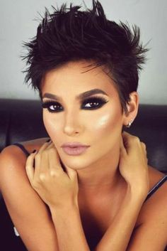 """How to style the Pixie cut? Despite what we think of short cuts , it is possible to play with his hair and to style his Pixie cut as he pleases. For a hairstyle with a """"so chic"""" and pointed… Continue Reading → Stylish Short Hair, Very Short Hair, Short Hair Cuts For Women, Makeup For Short Hair, Very Short Pixie Cuts, Long Pixie, Long Bob, Sassy Hair, Funky Hairstyles"""