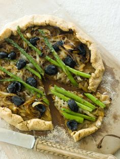 Vegetarian Asparagus Pizza - olives and asparagus- 2 of my fave things! Pizza Recipes, Veggie Recipes, Whole Food Recipes, Vegetarian Recipes, Healthy Recipes, Easy Recipes, Enchiladas, Pesto, Tofu