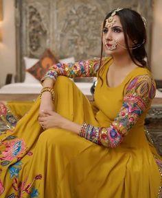 Indian Fashion Modern, Latest Indian Fashion Trends, Indian Fashion Dresses, Indian Bridal Fashion, Indian Outfits, New Punjabi Suit, Punjabi Suit Simple, Latest Punjabi Suits, Simple Pakistani Dresses