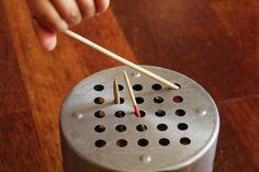 Cedník a špejle = zábava pro nejmenší dětáka. Jedna z prnvích montessori inspirovaných aktivt, kterou můžete s malým mimčem dělat.