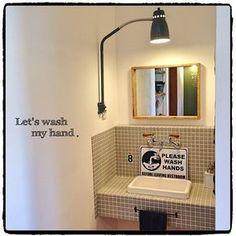 女性で、4LDK、家族住まいの日本住建/加工なし/男前/ヴィンテージ/カフェ風/塩系インテリアの会…などについてのインテリア実例を紹介。「シューズクロークから出たところに設けたプチ手洗いです♪( ´▽`)」(この写真は 2015-05-31 09:27:48 に共有されました)