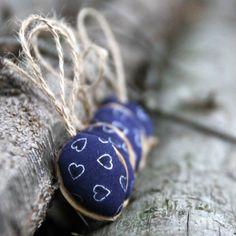 Retro Vánoční ozdoby: oříšek modrý se stříbrnými ♥ Klasické oříškové Vánoční ozdboby inspirované vzpomínkami. Cena za1 ks. Látka 100% bavlna, výplň PES, + stuha Na přání mohu vyrobit více ozbod, popřípadě v jiných barvách. Výška cca 3-4 cm+ stuha na zavěšení. Průměr ozdobycca2,5-3 cm. Slaďte si Vánoce: Kuchyňské chňapky SRDCE ve VÁNOČNÍM ...