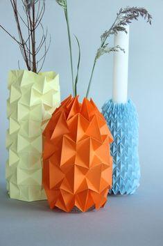 Die Vasen reihen sich auf meiner Fensterbank. Ich bin total begeistert von diesen Cover, weil man sie ganz leicht ändern kann. Dieses simple DIY Origami Projekt könnt Ihr ganz leicht umsetzen. Dafü...