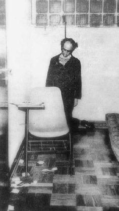 Vladimir Herzog, jornalista preso por manter ligações com o Partido Comunista Brasileiro (proibido pela ditadura). Após sessões de tortura, Herzog foi encontrado enforcado com sua própria gravata - A fotografia tornou-se um símbolo da repressão promovida pela ditadura militar, foi feita em 25 de outubro de 1975.