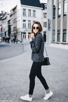 Comfy winter look. Grey sweater, dark denim skinny jeans and white sneakers.