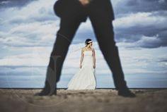 El día de la boda toda pareja de novios quiere inmortalizar su día con fotografías originales. Son muchas las parejas que contratan a fotógrafos de boda para que inmortalicen el momento, y nada mejor que inspirarnos en estas fotografías que os proponemos para el día de la boda. ¡Fichad estas ideas d