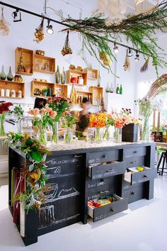 21 Ideas Flowers Design Shop Interiors Shelves For 2019 Home Design, Attic Design, Flower Shop Interiors, Design Interiors, Retail Space, Kitchen Styling, Display Design, Design Shop, Flower Shop Design
