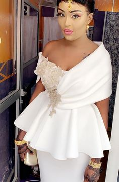 Maid of honour. 1 side light and 1 side dark purple. African Lace Styles, African Lace Dresses, Latest African Fashion Dresses, African Print Fashion, Classy Dress, Classy Outfits, White Outfits, Lace Dress Styles, African Traditional Dresses