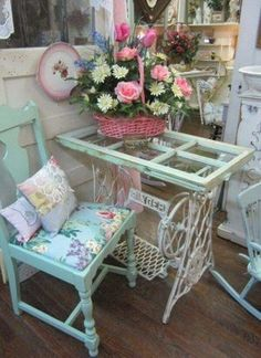 Shabby Chic Table Made from an Old Sewing Machine and an Old Window. Shabby Chic Table Made from an Old Sewing Machine and an Old Window. Shabby Chic Mode, Shabby Chic Bedrooms, Shabby Chic Cottage, Vintage Shabby Chic, Shabby Chic Style, Shabby Chic Furniture, Cottage Style, Vintage Sewing, Vintage Floral