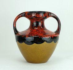 Eine fantastische Doppel Henkel Vase von Marei Keramik West-Germany aus den 1960er bis 70er Jahren, Modell Nummer 9302. Intensive rote und schwarze Lava-Glasur kombiniert mit Ocker. Sehr guter Zustand. Mehr Fat Lava Keramik in unserem Shop!  Höhe 23,5 cm, Breite 22,5 cm, Tiefe 20 cm, Gewicht 2120 g.