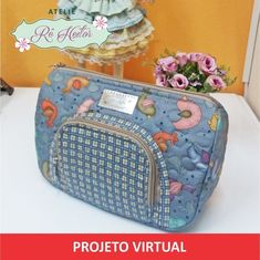 Projeto Virtual - Necessaire Lili Mochila Tutorial, Pouch Tutorial, Diy Bags No Sew, Beauty Case, Embroidery Fabric, Zipper Bags, Sewing Patterns Free, Small Bags, Bag Making