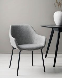 Slå dig ner och njut av vår nyhet HALEY! Stilren och bekväm stol som ger ditt vardagsrum ett lyft! Scandinavian Living, Dining Chairs, Furniture, Home Decor, Homemade Home Decor, Home Furnishings, Dining Chair, Interior Design, Home Interiors