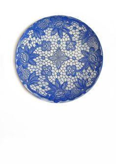 Wand Kunst Keramik Teller mit Floralen Mandala Ornament Vintage Spitze in Blau und Weiß modern Wohndekor von KunstLABor auf Etsy more: www.etsy.com/de/shop/KunstLABor