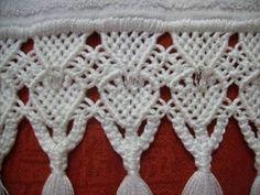 Linda Toalha de Lavabo da marca Karsten, 100% algodão.  Bordada com motivos florais.  Barrado em Macramé com linha Esterlina branca e pedraria.  Cor: branca