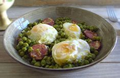 Going to invite your family to lunch and want to prepare a simple meal with excellent presentation? Prepare this tasty recipe of peas cooked with. Pork Loin, Pork Ribs, Guisado, Leek Recipes, Pork Stew, Portuguese Recipes, Poached Eggs, Perfect Food, Chocolate