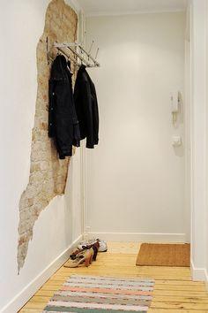 En lille smule New Yorker-loft i entreen? Lav et lille hul ind til murstenene og smæk knagen op midt i