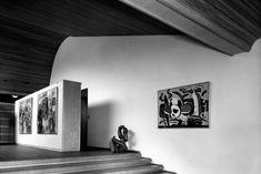 #alvaraalto Maison Louis Carré - Alvar Aalto Foundation   Alvar Aalto -säätiö Chinese Architecture, Modern Architecture House, Futuristic Architecture, Interior Architecture, Modern Houses, White Wash Brick, Alvar Aalto, Eero Saarinen, Wooden Ceilings