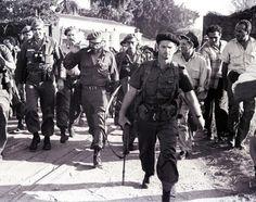 Fidel con el Capitàn Jose R.Fernandez (a su derecha) recorre  Playa Giron.