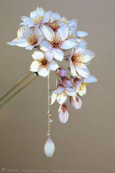 簪作家 榮 2013桜簪【 明けの桜 -Cherry Blossom- 】 Japanese hair accessory - Cherry Blossom Kanzashi - by Sakae, Japan http://www.facebook.com/KanzashiSakae.fanfan , Photo by Osamu Yamazaki http://pinterest.com/ymzkosm/?d