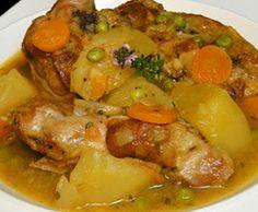 Con el otoño nos apetecen platos más elaborados que nos ayuden a soportar mejor el frío. Con esta receta aprenderemos a hacer un delicioso cordero guisado con patatas. Lo perfumaremos con unas ramas de tomillo que le darán un toque bien especial y gustoso en el paladar.