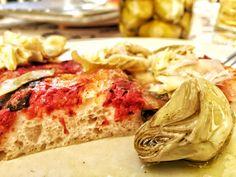 Pizza al taglio. Questa ricetta, liberamente ispirata al metodo Bonci, permette di ottenere una pizza molto leggera e alveolata. Richiede circa 16 ore: si prepara l'impasto la sera prima per infornare la pizza per pranzo.