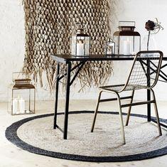 TAPIS ROND EN JUTE NATUREL ET NOIR  https://www.chezlesvoisins.fr/boutique/tapis-rond-en-jute-naturel-et-noir/