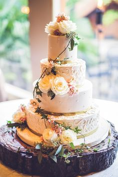 Rustic Wedding Cake | Photo: Ama Photography