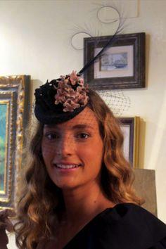 #Cherubina #tocados  #invitadas #boda #wedding #headpiece #pamela #hat Miss Cavalier