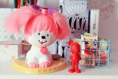 Mon bureau kawaii poochie – Poulette Magique Kawaii, Plushies, Hello Kitty, Childhood, Toys, Cute, Fictional Characters, Vintage, Desk