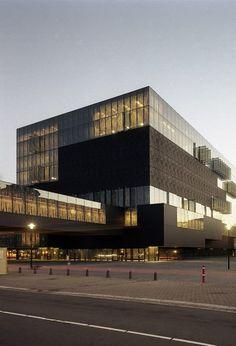 Biblioteca de la Universidad de Utrecht, Países Bajos (Islas Neherlandesas). Inaugurada en 2004, el edificio de la biblioteca es una nueva adición al campus de la Universidad de Utrecht.