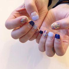 이미지: 사람 1명 이상, 근접 촬영 Rainbow Nails, Swag Nails, Hair And Nails, Cool Hairstyles, Nail Art, Korean, Blue, Finger Nails, Nail Decorations