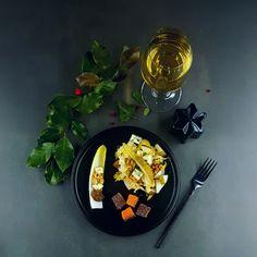 Une recette de fête et de saison avec une petite salade d'endives, noix et fourme d'Ambert, le tout agrémenté d'un délicieux chutney de poire dont le sucré se mariera à merveille avec le salé du gravlax.