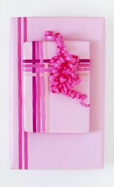 Vær kreativ med din indpakning. Brug flere forskelle nuancer af den samme farve eller flet gavebåndet i et flot mønster og din gave vil fremstå helt unik.