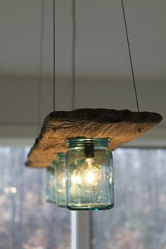 Lampara con madera y tarros                                                                                                                                                                                 Más Mason Jar With Lights, Hanging Mason Jar Lights, Mason Jar Lamp, Mason Jar Light Fixture, Mason Jar Chandelier, Diy Crafts With Mason Jars, Ball Jar Lights, Diy Chandelier, Mason Jar Lighting